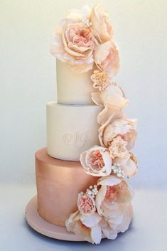 Glamorous couples will fall in love with this elaborate rose gold wedding cake, . - Glamorous couples will fall in love with this elaborate rose gold wedding cake, expertly created by - Metallic Wedding Cakes, Floral Wedding Cakes, Wedding Cakes With Flowers, Cool Wedding Cakes, Floral Cake, Wedding Cake Roses, Blush Pink Wedding Cake, Flower Cakes, Pink And Gold Wedding