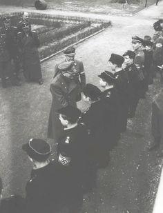 One of the last photos of Adolf Hitler, congratulating the bravery of Hitler Youth boys on April.20, 1945 in Berlin, Germany. Next to Hitler is Artur Axmann. Une des dernières photos de Adolf Hitler, féliciter la bravoure des garçons des Jeunesses hitlériennes sur April.20 1945 à Berlin, en Allemagne. A côté de Hitler est Artur Axmann.
