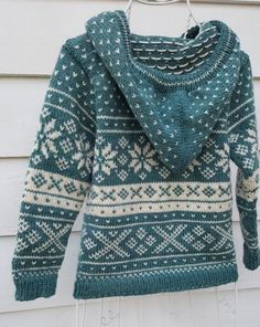Norsk mønster - Snøhetta til barn- (ID Norsk mønster Snøhetta til barn ID 683889 Tejido Fair Isle, Punto Fair Isle, Baby Knitting Patterns, Knitting Designs, Norwegian Knitting, Knitting Basics, Knit Basket, Fair Isle Pattern, Baby Sweaters