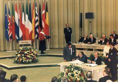 1992. Se firma el Tratado de Maastricht, por el cual la CEE pasa a ser la Unión Europea, la cual se orienta definitivamente a la moneda única.