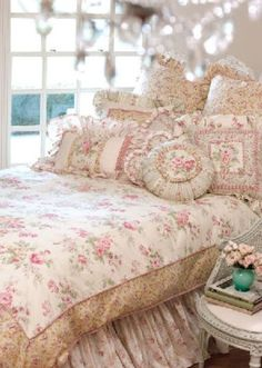 l'esprit Shabby...love the bedding!