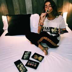Sábado por la mañana  sushi en la cama = Perfecto plan para recuperarse de ayer noche  || @julietapadros || Aprovecha nuestro 10% de descuento con el código FINDETOP