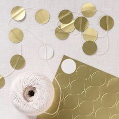 DIY banner accents featuring Gold inch Round Printable Labels --> quick garland for a last minute party Christmas Holidays, Christmas Crafts, Christmas Decorations, Christmas Tree, Diy And Crafts, Arts And Crafts, Paper Crafts, Navidad Diy, 242