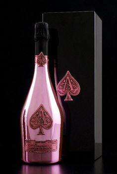 O champagne Armand de Brignac é actualmente produzido em três vinhos básicos distintos, cada um deles criado exactamente pelos mesmo padrões, inteiramente manual. Armand de Brignac Rosé está entre os exemplos mais finos da famosa mistura de champanhe rosa nunca antes imaginados e é embalado em uma garrafa rosa-ouro brilhante com adornos combinados...