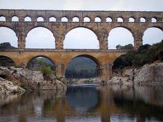 Le pont du Gard: Pont du Gard: Pont-aqueduc romain (monument antique) à trois étages (niveaux) d'arcades (arches) enjambant la rivière Gardon ; dans la commune de Vers-Pont-du-Gard - France-Voyage.com