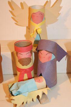 Escena de navidad hecha en conos de papel higiénico, José, María, JESUS, Ángel, y pesebre...