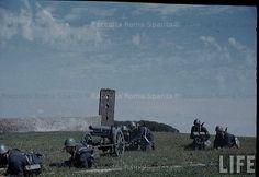 Foto storiche di Roma - Centocelle, esercitazioni dei Granatieri di Sardegna nel campo di addestramento. Sullo sfondo la Torre di Centocelle. Anno: maggio 1940