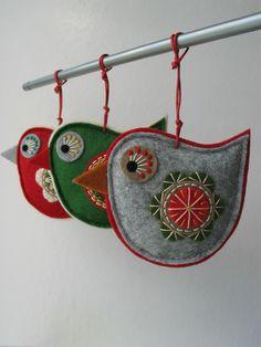 Vánoční dekorace- 3 kusy Vánoční ozdoby z plsti ve tvaru ptáčka. Ozdoby jsou zdobené aplikací, ruční výšivkou. Barevná kombinace červené, zelené, smetanové, béžové a šedé. Lze použít jako ozdobu na stromeček, adventní věnec, či vánoční aranžmá a především obdarovat někoho blízkého. Cena je za celou sadu, tj3 kusy: 3x ptáček. Rozměry cca: ptáček 9 x 8 ...
