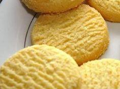 Limonlu Kurabiye Tarifi Malzemeler 2 adet yumurta 1 su bardağı toz şeker 250 gram margarin 4 su bardağı un 1 paket limon kabuğu rendesi 3 çay kaşığı limon tuzu  Tarifi Unu, hamur yoğuracağınız kaba eleyip,unu, toz şekeri, margarini ve kabartma tozunu bir kaba koyun. Yumurtaları küçük bir kaseye kırıp, çırpıp, limon tuzunu ve yumurtaları una ilave edin. Tüm malzemeyi özleşene dek yoğurup, limon kabuğu rendesini hazırladığınız hamurla karıştırın. Fırın tepsisini çok az yağlayıp ,hamurdan…