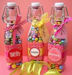 Candy in Glass Bottles. Make your own labels! Candy Gifts, Jar Gifts, Food Gifts, Craft Gifts, Party Treats, Party Favors, Candy Packaging, Packaging Ideas, Little Presents