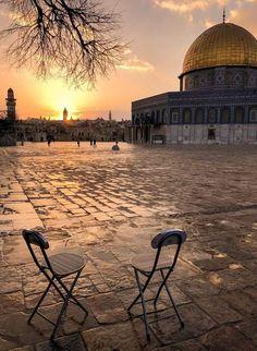 حَتماً سَنَعودُ مُحَرّرين✌️ عَلى اللهِ مُتوكّلينَ وبِه مُستَعينين🙏 Mecca Islam, Mecca Kaaba, Mosque Architecture, Art And Architecture, Beautiful Mosques, Beautiful Places, Palestine History, Palestine Art, Dome Of The Rock