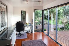 These Prefab Office Pods Make The Perfect Backyard Workspace Outdoor Office, Backyard Office, Garden Office, Outdoor Living Rooms, Living Spaces, Outdoor Spaces, Prefab Office, Office Pods, Basement Guest Rooms