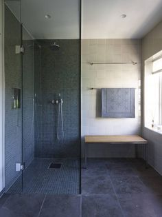 DAGSLYS P� M�RKT BAD: Et stort vindu tilf�rer ekte luksus p� det m�rke baderommet: rikelig med dagslys.Flisene p� gulvet heter Argent, veggflisene heter Perla Soho,og mosaikkflisene i dusjen heter Marlborough, alt fra Stenprosjekt.