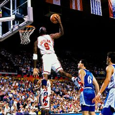 El rey del aire - La capacidad de salto prodigiosa de Michael Jordan ha dejado como legado fotos memorables. 'Air' desafía la gravedad en esta instantánea para el recuerdo.