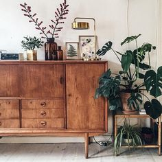 Dressoir - home - interior - plant - interieur - houten kast - monstera - urban jungle