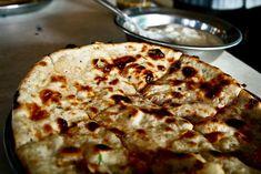 Pakistan - Au Pakistan, on vous servira sûrement du Aloo Paratha. Il s'agit d'un pain indien frit à la poêle, et la pâte est souvent fourrée aux légumes. Il est possible de le déguster avec du beurre, du chutney ou d'autres sauces épicées, ou alors de le rouler et de le tremper dans votre thé !
