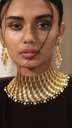 Modern gold jewellery by Azva in a contemporary red carpet style #Goldjewellery #luxury #style #bridaljewelrymodernbridesmaidgifts