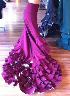Bata de Cola. Beautiful purple flamenco skirt.