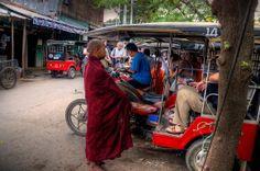 Mnisi proszący o datki /Birma/