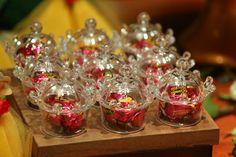 Lembrancinhas lindas para os convidados no castelo encantado da Bela e a Fera. O pote acrílico arredondado com tampa com detalhe ornamental foi recheado com um sonho de valsa nesta mesa decorada. Hmmm que delícia! - Nós amamos o novo filme da Disney! - O mundo encantado da Bela e a Fera no melhor buffet infantil lúdico da Zona Leste de SP - Espaço Florescer Eventos