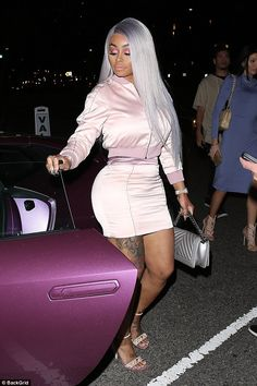 Slimmed down Blac Chyna flaunts her tiny waist and bodacious derriere Black Chyna, Jheri Curl, Tiny Waist, Wardrobe Design, How To Slim Down, Baby Sweaters, Black Girls, Foto E Video, Business Women