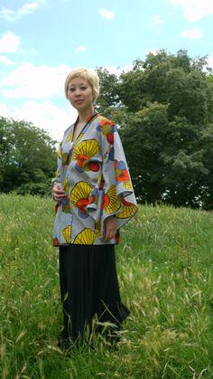 Cool veste kimono, wax africain éventail (jaune, bleu indigo, orange ) se porte aussi bien avec un jean comme avec une robe et des talons. Très confortable! 80cm 100% coton