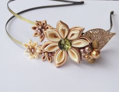 Čelenka do vlasů vyrobená technikou kanzashi. Rozměry ozdoby jsou cca 13 x 5cm. Průměr největšího květu je 5cm. Zdobeno rivolkou a korálky.  Při objednání více kusů mého zboží je samozřejmostí jedno poštovné.