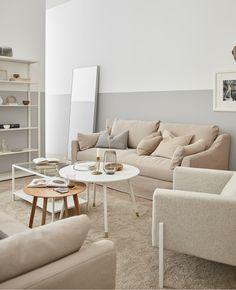 Holz, cremiges Weiß und Glas tragen zum natürlichen Ambiente dieses Raumes bei, u. a. mit FÄRLÖV 3er-Sofa Flodafors beige.