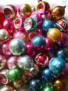 Shiny brites as a centerpiece Vintage Christmas Ornaments, Retro Christmas, Christmas Baubles, Christmas Decorations, Grinch Stole Christmas, Last Christmas, Christmas Tree, Christmas Ideas, Vintage Country