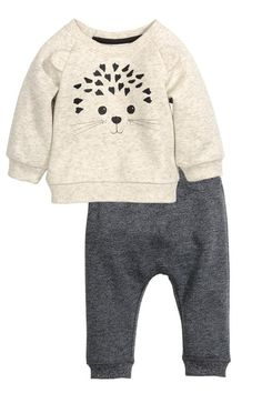 Ensemble en molleton constitué d'un sweat et d'un pantalon. Fleece set consisting of a sweatshirt and trousers. Sweatshirt with print and sewn applications in front. Baby Outfits, Cute Teen Outfits, Little Boy Outfits, Teenage Girl Outfits, Outfits For Teens, Baby Boy Fashion, Fashion Kids, Outfits Teenager Mädchen, Baby Kids Clothes