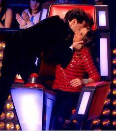 Image - The hug and the kiss of Zazie and Mika - Le câlin et le baiser de Zazie et Mika Hug, Kiss, France, Image, Female Singers, Kisses, Cuddle, A Kiss, French