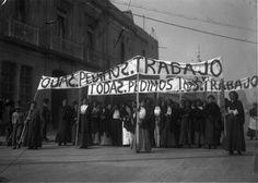 Manifestación de mujeres por el derecho al trabajo, Distrito Federal, diciembre de 1913. Abraham Lupercio. Piezografía. Negativo original en gelatina sobre vidrio. Fondo Archivo Casasola. SINAFO-Fototeca Nacional del INAH.