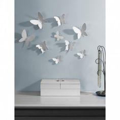 Bring naturen inn i hjemmet med disse sommerfuglene. Monteres opp slik du vil ha de med selvklebende tape (inkl.) Sett med 9 stk