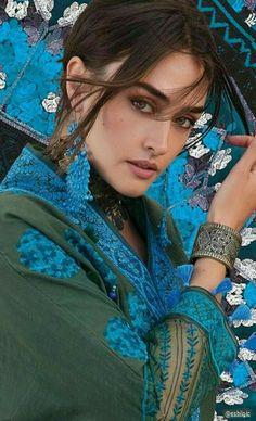 Ash Blonde Balayage, Esra Bilgic, Muslim Beauty, Anime Warrior, Gorgeous Women, Beautiful, Aesthetic Makeup, Beauty Queens, Celebrity Gossip