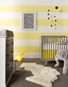 Niños. Decora a rayas en tonos amarillos y grises, no sólo es perfecta para los papis que no quieren saber el sexo del bebé antes del nacimiento,  ¡también es moderna y a la moda! En este caso podemos ver cómo utilizar rayas grandes en sentido horizontal para darle vida y movimiento a la pared y a todo el dormitorio.