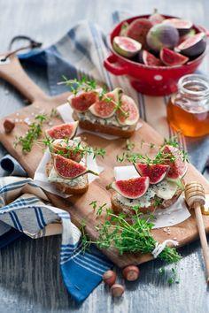 Tartine con fichi, Gorgonzola e miele, antipasto con fichi e formaggio, ricetta