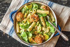 Romige pasta met kipgehaktballetjes, postelein en witte courgette