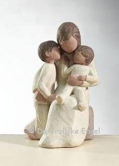 Stil omringd door liefde. Een stille omarming. Moeder met twee kleine kinderen. Hoogte 14 cm