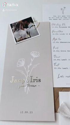 Deze trouwkaart met bloemen en de naam in goudfolie kun je zelf aanpassen naar wens. De kaart heeft nu een neutrale beige achtergrond kleur. Maar ook deze kleur kun je aanpassen. Ook het folie kun je omzetten. Zo maak je een unieke kaart voor jullie trouwdag en om zo de gasten uit te nodigen. Je kunt ook kiezen voor een bijpassende save the date kaart, menukaart en meer van dit soort dingen. We helpen graag. #trouwkaart #trouwen #bruiloft #bruiloftinspiratie #wijzeggenja #weddingideas Wedding Dreams, Dream Wedding, Iris, Stationary, Polaroid Film, Lettering, Design, Valentines Day Weddings, Design Projects