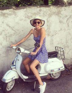 Miranda Kerr et ses baskets girlyBien sûr que les baskets peuvent être aussi ultra-féminines ! Le top australien nous le prouve avec sa petite robe d'été, son chapeau de paille et ses lunettes fashion.