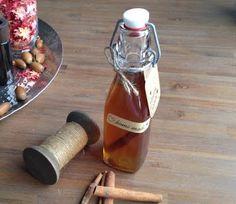 Homemade kaneellikeur / * 200 ml. wodka * 125 gram lichtbruine rietsuiker (je kunt ook bruine suiker gebruiken) * 1 zakje vanillesuiker * 4 kaneelstokjes * Goed sluitende fles of pot