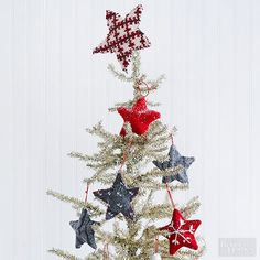A tree isn't complete without a pretty Christmas tree topper. Whether it's a simple bow, a beautiful bouquet, or a unique tree topper you can make yourself, these Christmas tree topper ideas are the perfect finish to your beautiful holiday tree. Diy Christmas Mantel, Pretty Christmas Trees, How To Make Christmas Tree, Christmas Ornament Crafts, Christmas Centerpieces, Holiday Tree, Christmas Tree Toppers, Holiday Crafts, Christmas Holidays