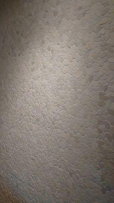 Platte natuurstenen kiezels, leuk en speels voor een vloer of wand. ( natuursteen kiezels, achterwand, wc, badkamer, hal, vloertegels, tegel vloer) Tegelhuys. Dit is ook een mooie tegel: https://nl.pinterest.com/pin/443956475737401457/