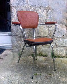 Paire de chaises à bras - piètement chrome et revêtement en skaï brun 1960