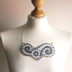 Beton Halskette, Königsblau Muster, Millefleurs Muster, Ethno Schmuck, Großförmige Halskette, mit Organza, Geschenk für sie von StudioAnnaP auf Etsy