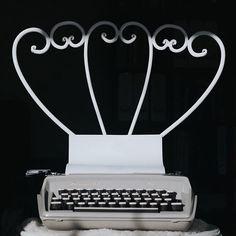 I wish I was a writer. I have a story to tell. Kiedy byłam mała poszłam z Mamą do Urzędu Miejskiego. Był to wtedy stary urokliwy budynek. W środku mojej Mamy znajomy przyjął nas na rozmowę. Wcześniej obserwowałam go jak z pełnym zaangażowaniem pisał na starej maszynie. Wtedy pomyślałam że ma najlepszą pracę na świecie też bym tak chciała. Jak będę dorosła to będę pisać książki na maszynie do pisania... Ciekawi mnie kim Wy chcieliście zostać jak byliście dziećmi?