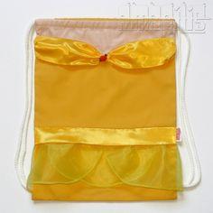 """CRIAÇÃO POR AMARÍLIS ATELIER! <br> <br>Mochila Infantil tipo """"Saquinho"""" com o modelo Bela <br>Tema """"A Bela e a Fera"""" <br> <br>Corpo da Mochila em Tecido 100% Algodão! <br>Fechamento Prático! <br> <br>Vestido Amarelo com Decote """"Ombro a Ombro"""" <br>Dobrão e Detalhe do Decote em Tecido de Cetim <br>""""Saias"""" em Organza <br>Aplicação de Florzinha Vermelha <br>Cadarço Branco <br> <br>Ideal para Lembranças de Aniversário! <br>Seus convidados vão adorar! <br> <br>PEDIDO MÍNIMO: 12 unidades…"""