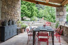 Terrasse abrité sous un auvent au 'Domaine du Fayet' en Ardèche