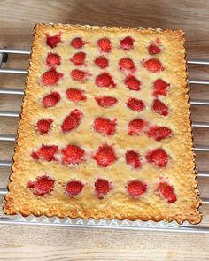 4. Grädda kakan mitt i ugnen i 28–35 min beroende på hur kladdig du vill ha den. Låt den svalna i formen. (Obs! Gräddningstiden är lite längre än en vanlig, rund kladdkaka för denna innehåller mer smet). Servera gärna med lättvispad grädde eller vaniljglass. I Love Food, Tart, Food And Drink, Pie, Snacks, Dinner, Rolls Royce, Cooking, Breakfast