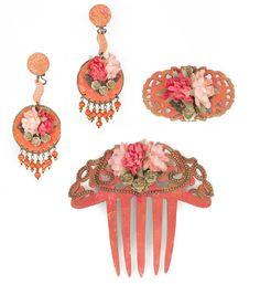 Conjunto de flamenca formado por pendiente, peinecillo y broche de flamenca en tonos naranjas pintados a mano con adorno central realizado en flores y bolitas de ágatas con cierres y detalles en cobre.
